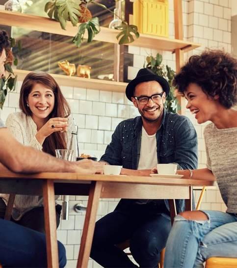 Allegri giovani amici divertirsi in un caffè