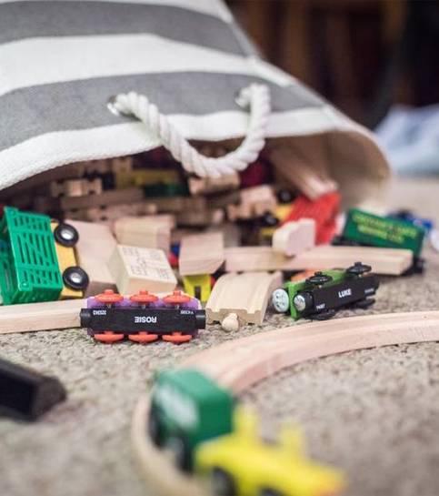 Kahverengi Tekstilde Parçalanmış Plastik Oyuncak Arabası