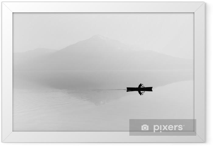 Plakat w ramie Mgła nad jeziorem. Sylwetka górami w tle. Mężczyzna pływa w łodzi z wiosła. Czarny i biały - Hobby i rozrywka