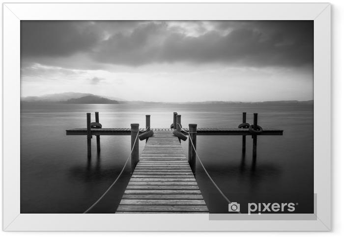 Plakat w ramie Drewniane molo nad jeziorem Zug, Szwajcaria. Długa ekspozycja. Czarny i biały. - Krajobrazy