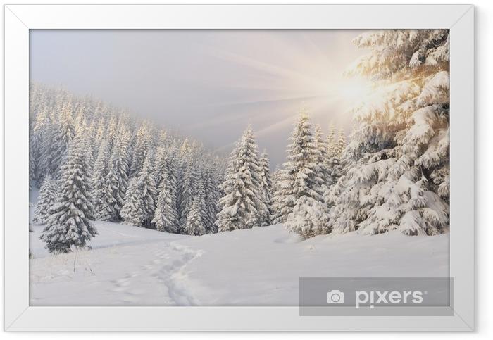 Plakat w ramie Malowniczy zimowy krajobraz w górach -
