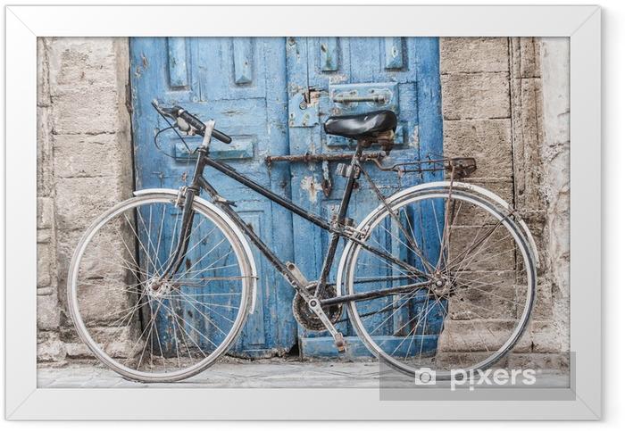 Plakat w ramie Biały rower przed sklepem w Marakeszu, Maroko - Rowery