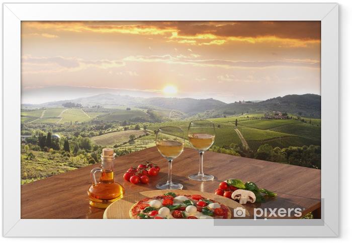 Ingelijste Poster Italiaanse pizza en glazen witte wijn in Chianti, Italië -
