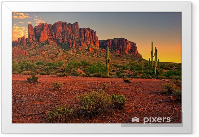 Plakat w ramie Pustynny zachód słońca z widokiem na góry - Pustynia