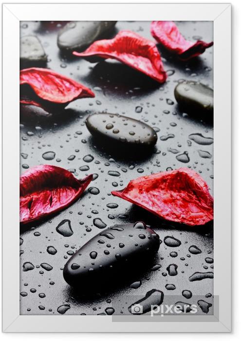 pietra nera con gocce d'acqua e petali rossi Framed Poster - SPA & Wellness