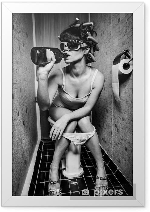 Plakat w ramie Dziewczyna siedzi w toalecie -