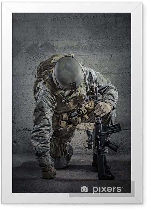 Plakat w ramie Żołnierz z karabinem i hełmie - Zbrodnie i przemoc
