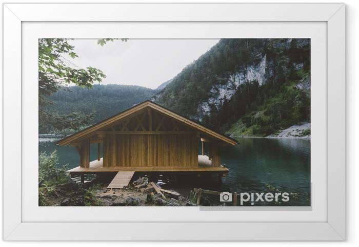 Ingelijste Poster Houten huis op meer met bergen en bomen - Ontspanning