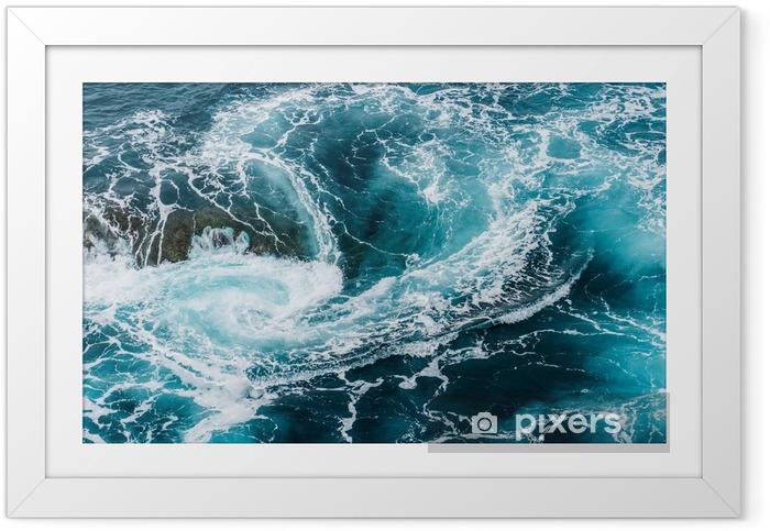 Vertiginous, hvirvlende skummende vandbølger ved havet fotograferet ovenfra Indrammet plakat - Landskaber