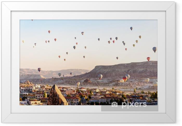 Plakat w ramie Balonem latające nad dolinami w Turcji Kapadocja - Podróże