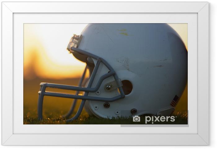 Poster en cadre Casque de football américain sur le terrain - Football Américain