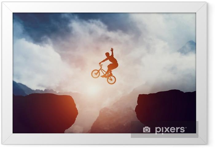 Póster com Moldura Homem pulando na bicicleta de bmx sobre precipício nas montanhas ao pôr do sol. - Desportos