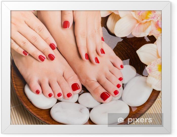 Ingelijste Poster Mooie vrouwelijke voeten op spa salon op pedicure procedure - Schoonheid en Lichaamsverzorging