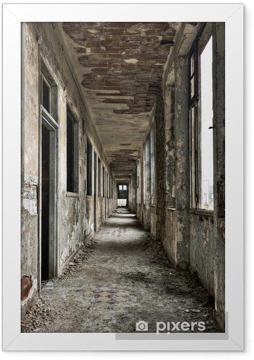 Ingelijste Poster Lange lege gang en deuren in verlaten gebouw -