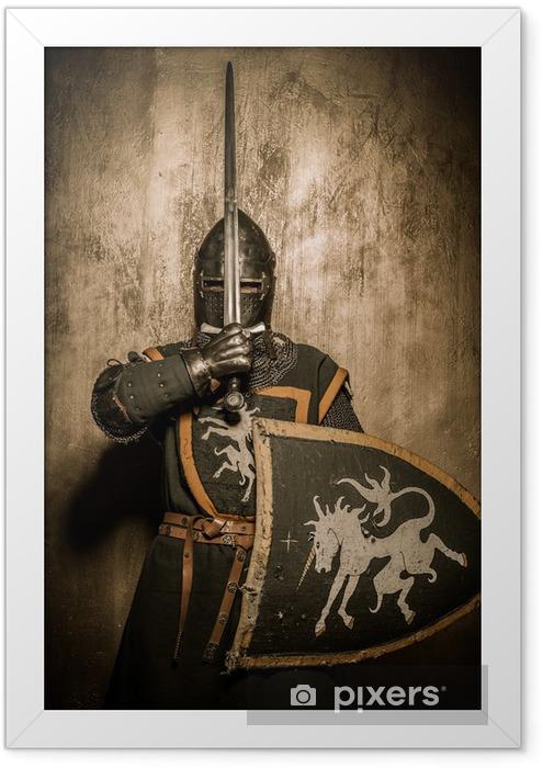 Poster i Ram Medeltida riddare som håller svärd framför hans ansikte - Riddare