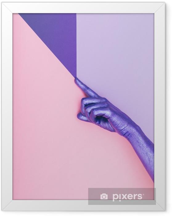 Plakat w ramie Moda perłowa fioletowa ręka. koncepcja ultra fioletowa. pastelowy minimalny. piękno i moda -