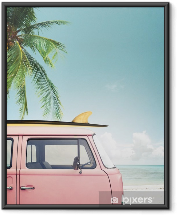 Ingelijste Poster Vintage auto geparkeerd op het tropische strand (zee) met een surfplank op het dak - Hobby's en Vrije tijd