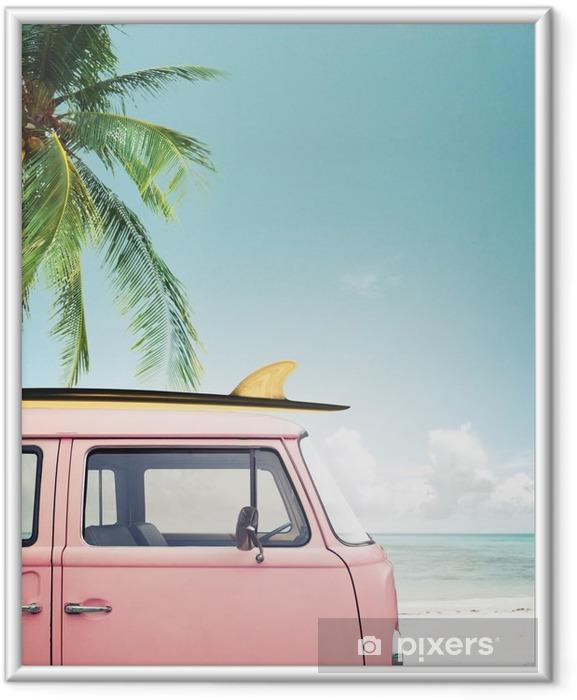 Plakat w ramie Vintage samochód zaparkowany na tropikalnej plaży (morze) z deski surfingowej na dachu - Hobby i rozrywka