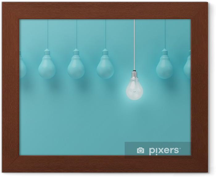 Póster Enmarcado Colgar las bombillas con una brillante idea diferente sobre fondo azul claro, la idea Mínimo concepto, en plano, la parte superior - Negocios