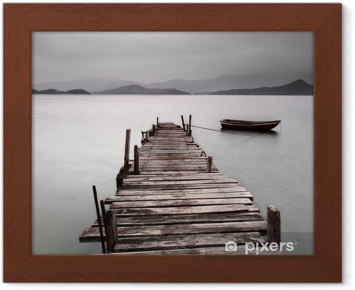 Poster en cadre Donnant sur un quai et un bateau, une faible saturation -