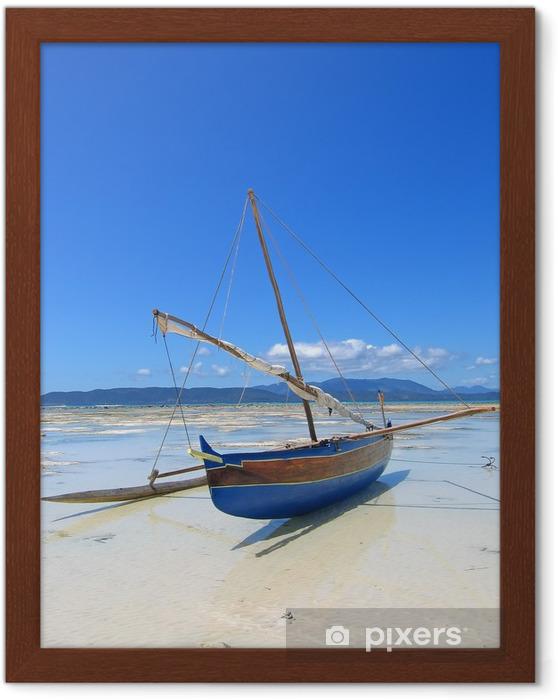 Poster en cadre Détail d'un bateau de pêcheur portant sur une plage, Nosy Iranja - Thèmes