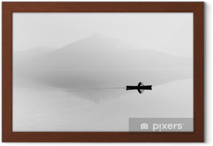 Gerahmtes Poster Nebel über dem See. Silhouette der Berge im Hintergrund. Der Mann schwimmt in einem Boot mit einem Paddel. Schwarz und weiß - Hobbys und Freizeit