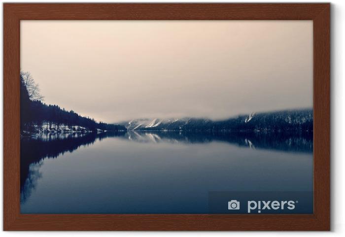 Poster en cadre Paysage d'hiver enneigé sur le lac en noir et blanc. image monochrome filtrée rétro, style vintage avec un accent doux et filtre rouge; notion nostalgique de l'hiver. Lac Bohinj, Slovénie. - Paysages
