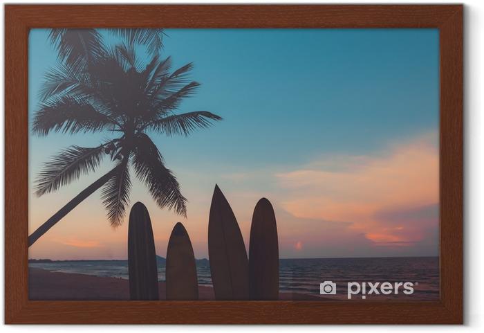 Poster en cadre Silhouette planche de surf sur une plage tropicale au coucher du soleil en été. paysage marin de la plage d'été et palmier au coucher du soleil. ton de couleur vintage - Sports