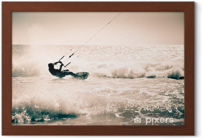 Ingelijste Poster Kite surfen in de golven. - Watersporten