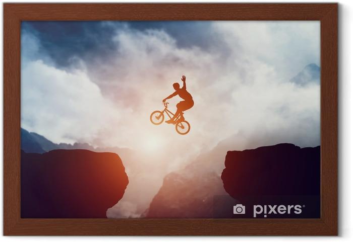 Ingelijste Poster Man springen op bmx fiets over afgrond in de bergen bij zonsondergang. - Sport