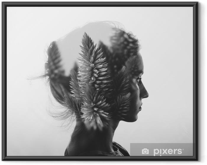 Gerahmtes Poster Kreative Doppelbelichtung mit dem Porträt des jungen Mädchens und Blumen, monochrome - Menschen