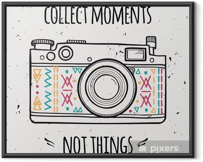 """Plakat w ramie Ilustracji wektorowych z retro aparatu fotograficznego i typografii frazy """"Zbierz chwile nie rzeczy"""". - Podróże"""