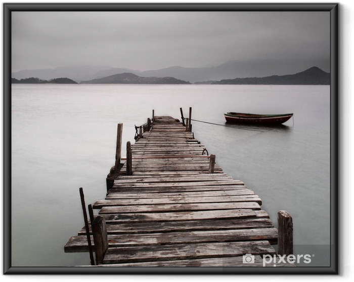Gerahmtes Poster Mit Blick auf einen Pier und ein Boot, niedriger Sättigung -