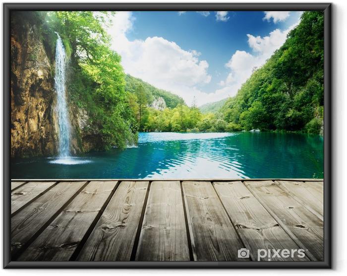 Plakat w ramie Wodospad w głębokim lesie w Chorwacji i drewna molo - Tematy