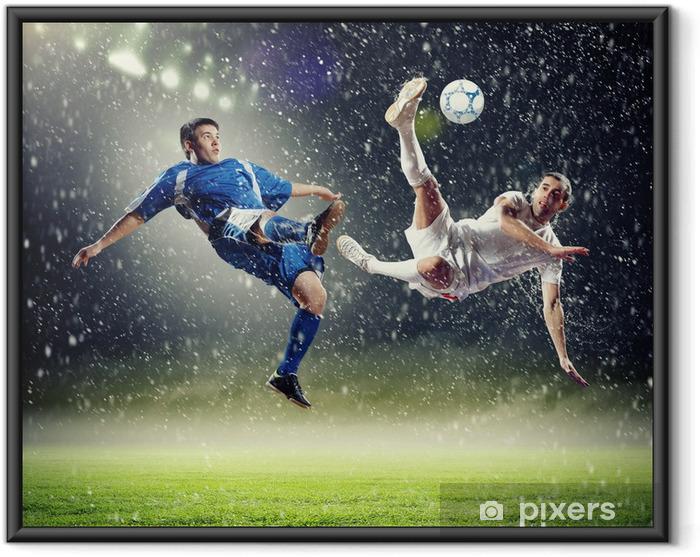 Plakat w ramie Dwóch piłkarzy uderzając piłkę - Tematy