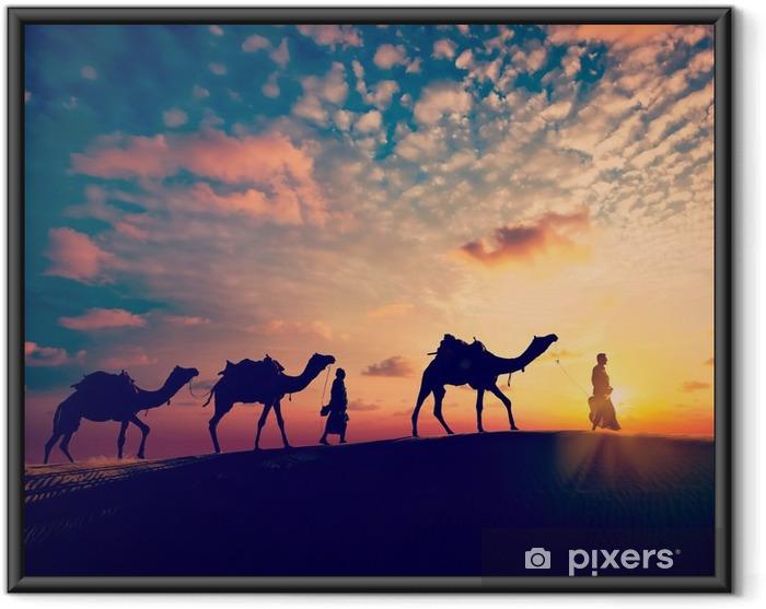 Ingelijste Poster Twee kameeldrijvers (camel drivers) met kamelen in de duinen van de woestijn - Sport