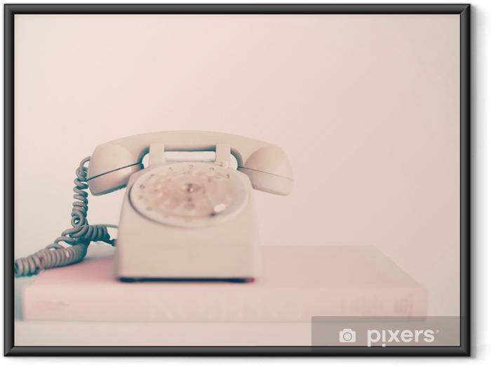 Ingelijste Poster Vintage roze telefoon over boeken - Technologie