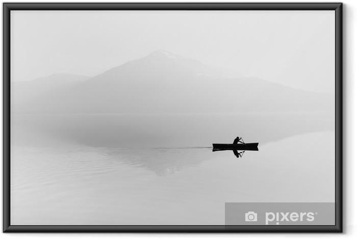 Ingelijste Poster Mist over het meer. Silhouet van de bergen op de achtergrond. De man drijft in een boot met een peddel. Zwart en wit - Hobby's en Vrije tijd
