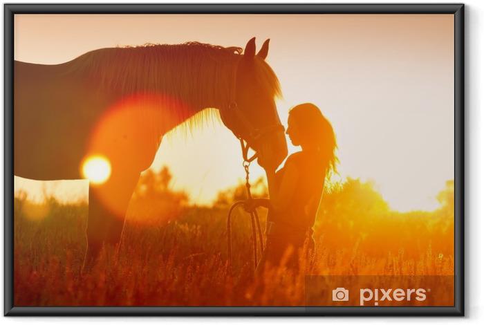 Kaunis silhuette tyttö ja hevonen auringonlaskun aikaan Kehystetty juliste - Eläimet