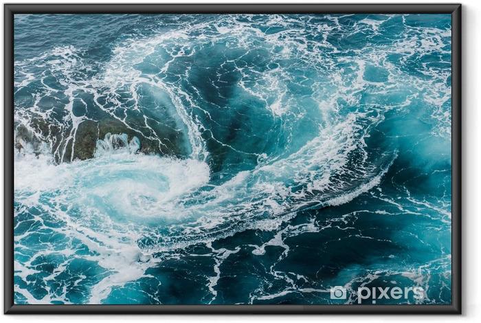 Poster en cadre Vagues d'eau mousseuses vertigineuses, tourbillonnantes à l'océan, photographiées d'en haut - Paysages