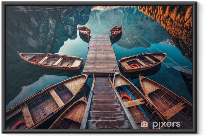 Poster in Cornice Barche sul lago di Braies (wildsee di Braies) in montagne delle dolomia, sudtirol, Italia - Panorami