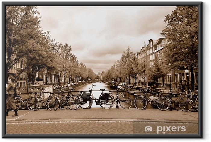 Udsigt over Amsterdam centrum med cykler på en bro Indrammet plakat -