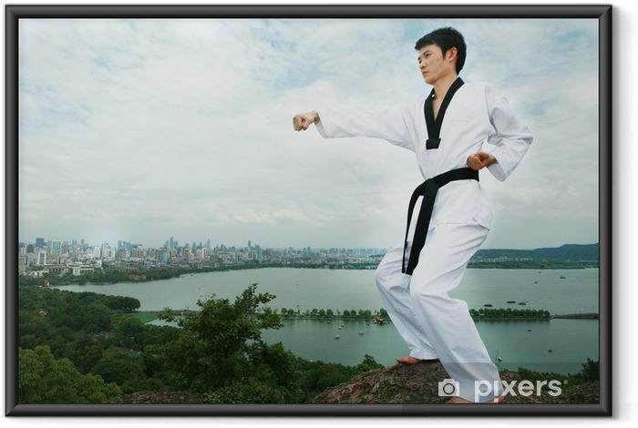 Ingelijste Poster Een Aziatische mens spelen met taekwondo openlucht - Thema's