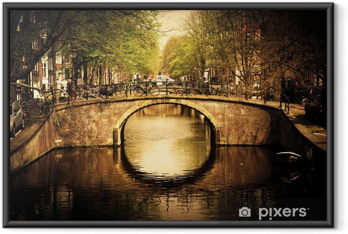 Amsterdam. Romantisk bro over kanalen. Indrammet plakat -