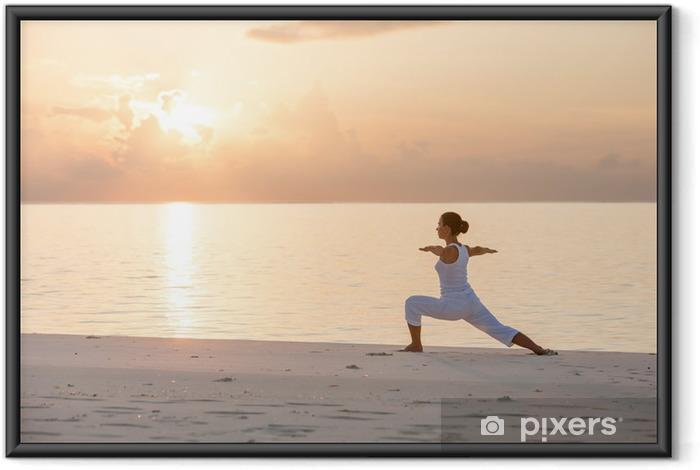 Plakat w ramie Kaukaski kobieta uprawiania jogi na brzegu morza - Zdrowie
