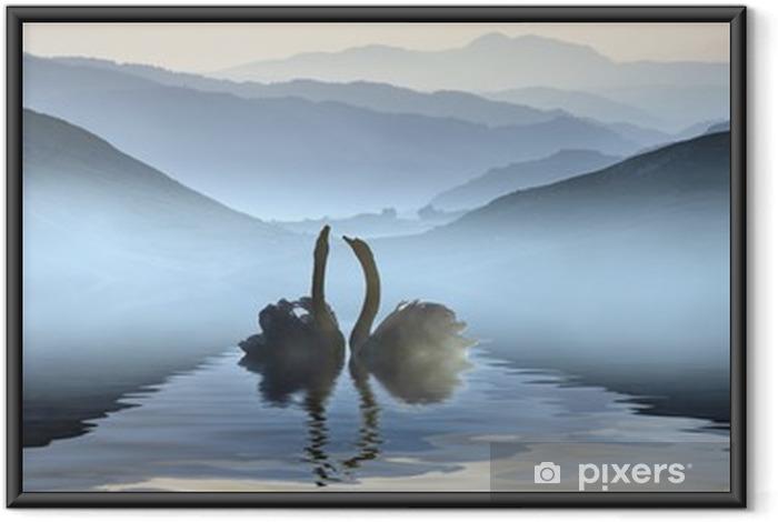 Ingelijste Poster Mooie romantische beeld van zwanen op mistige meer met bergen i - Zwanen