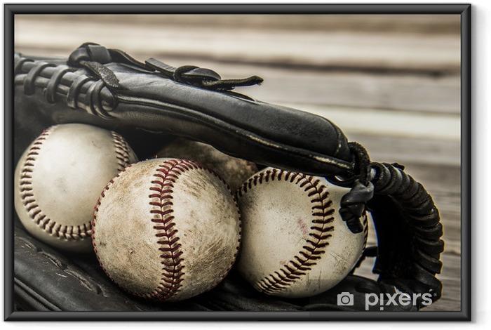 Baseball ja mitt on maalaismainen puinen tausta Kehystetty juliste - Joukkuelajit