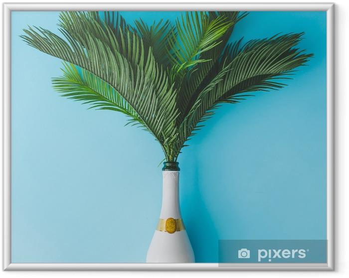 Plakat w ramie Butelka szampana z tropikalnych zielonych liści palmowych na pastelowym niebieskim tle. koncepcja lato wakacje z creative copy space. letnie tropikalne uroczystości party płaskie lay. - Styl życia