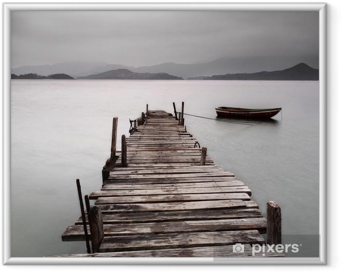Ingelijste Poster Kijkt uit over een pier en een boot, lage verzadiging -