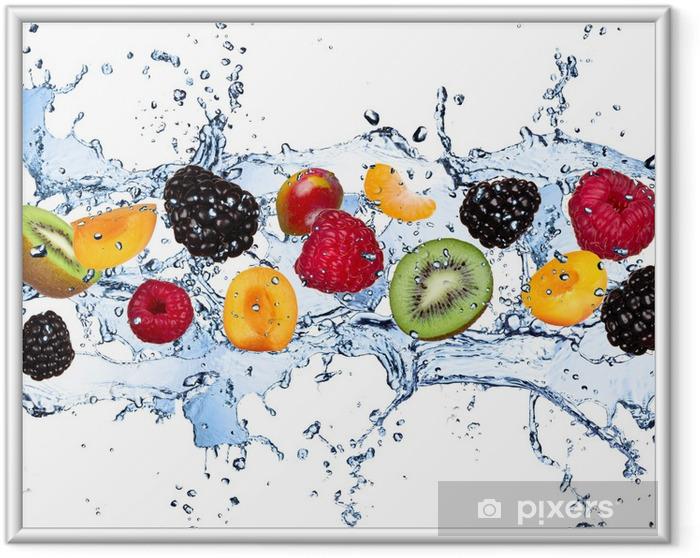 Ingelijste Poster Vers fruit in het water splash, geïsoleerd op witte achtergrond - Frambozen